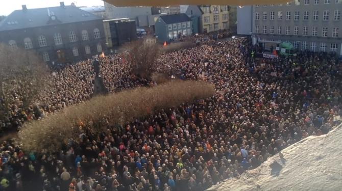 아이슬랜드의 반정부 시위. 아이슬란드는 수년전부터 지속된 경제 침채와 더불어, 다비드 귄뢰이그손 총리가 해외에 재산을 빼돌린 것이 드러나자 대규모 반정부 시위가 벌어졌다. 결국 총리가 사퇴하고, 6개월 이른 총선을 치렀다. - Thorgnyrthoroddsen 제공